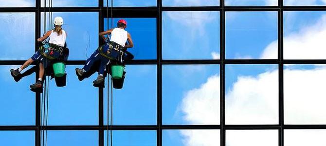 Fascino di come si puliscono le finestre dei grattacieli
